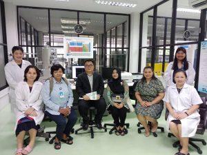 Berfoto bersama Mr. Tanapon Chaisan, Ph.D Deputi Direktur KURDI (tengah) dan para penelitinya